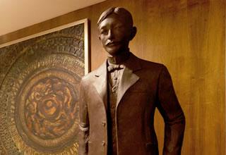理事長祖父「田原淳」の像
